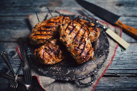 Poitrines de poulet grill es aux tomates s ch es fromage f ta olives noires et persil le - Poulet grille au barbecue ...
